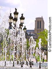 sommer, in, paris., ansicht, von, notre-dame de paris, durch, der, fountain., fokus, auf, der, wasser, düsen