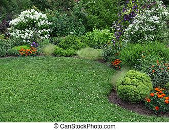 sommer, kleingarten, mit, grüner rasen