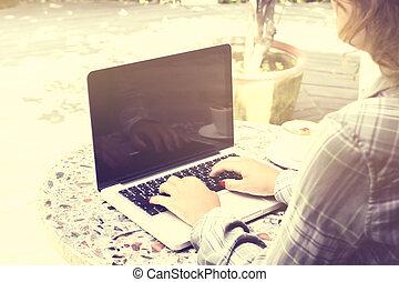 sommer, laptop, frau, draußen, tippen
