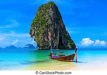 sommer, sandstrand, tropische landschaft, thailand, insel, landschaftlich, hintergrund, azur, wasser, traditionelle , langer schwanz, boot, und, gestein