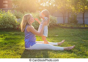 sommer, töchterchen, familie, natur, spielende , harmonisch, lachender, mutter, töchterchen, outdoors., glücklich
