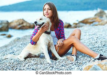 sommer urlaub, frau, mit, a, hund, auf, spaziergang strand