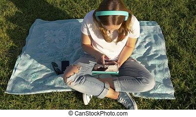 sommet, écouteurs, parc, jeune, gadgets, vert, femme, herbe, vue