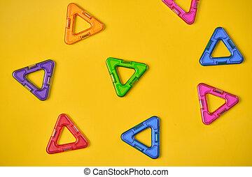 sommet coloré, vue, bâtiment, magnétique, fond jaune, blocs
