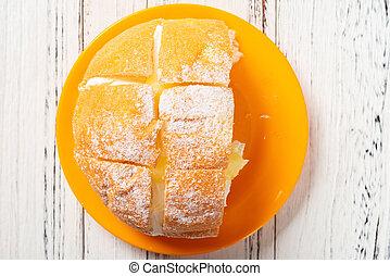 sommet crème, bois, mangé, moitié, table, pain, intérieur, vue