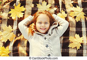 sommet, ensoleillé, jaune, avoir, automne, mensonge, pousse feuilles, enfant, amusement, portrait, sourire heureux, jour, érable, vue