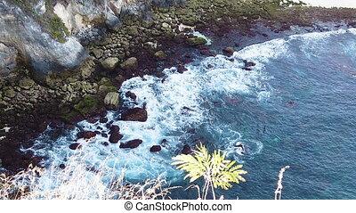 sommet, géant, jour, océan, irrigation, écumer, vagues, vue, vidéo, ensoleillé, mouvement, lent, indonésie, bali