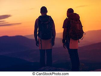 sommet montagne, deux, apprécier, randonneurs, levers de soleil
