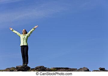 sommet montagne, femme, accomplissement, célébrer