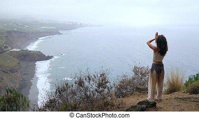 sommet montagne, femme, méditer, jeune