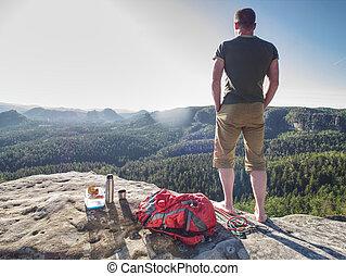 sommet, touriste, prîmes, snack., repos, beau, homme, rocher, séjour