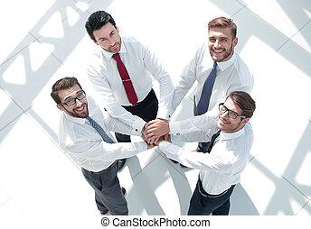 sommet, vue., equipe affaires, mettre, leur, mains ensemble