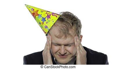 somnolent, avoir, homme affaires, gueule bois, fête, casquette, jeune, bu, mal tête