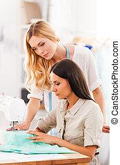 son, siempre listo, para ayudar, cada, otro., dos, confiado, mujeres jóvenes, costura, juntos, en, su, taller