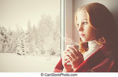 songeur, boisson, triste, regarder, fenêtre, forêt, girl, dehors, chauffage, hiver