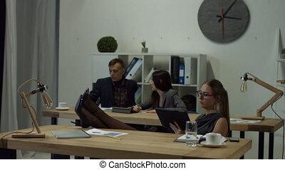 songeur, bureau, femme affaires, pc tablette, utilisation
