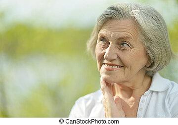 songeur, femme âgée