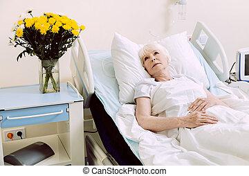 songeur, lit hôpital, personne agee, dame, mensonge