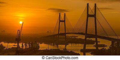 sonnenaufgang, auf, phu, mein, bridge., es ist, einmalig, von, vietnam., phu, mein, kabel-durchgehalten, straße, brücke, aus, der, saigon, fluß, in, saigon, süden, vietnam.