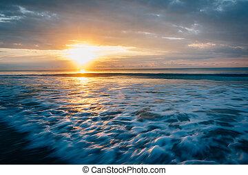 sonnenaufgang, aus, atlantische ozean, in, torheit, sandstrand, süden, carolina.