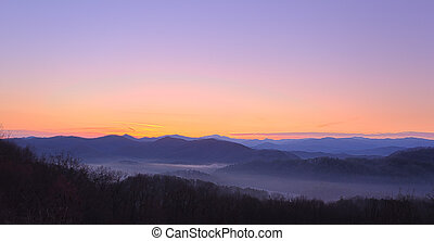 sonnenaufgang, aus, rauchige berge