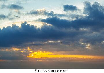 sonnenaufgang, aus, weißes, wolkengebilde, in, der, himmelsgewölbe