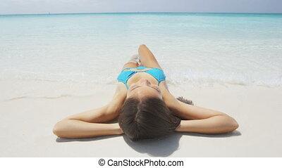 sonnenbaden, entspannend, feiertage, rand, sandstrand, wasser, urlaubsreise, frau