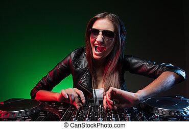 sonnenbrille, junger, fotoapperat, musik, weibliche , dj, lächeln glücklich, spielende , dj.