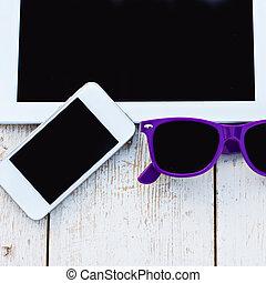 sonnenbrille, tablette, handy, edv, tisch, hölzern