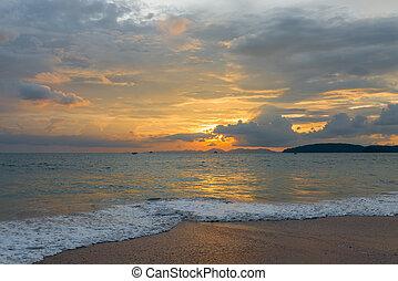 sonnenuntergang, an, der, cluburlaub, von, krabi, in, thailand, a, schöne , landschaftsbild, mit, ein, orangenhimmel