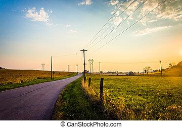 sonnenuntergang, aus, a, ländlicher weg, und, bauernhof,...
