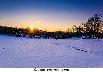 sonnenuntergang, aus, a, schneebedeckt, bauernhof- feld, in, ländlich, york, grafschaft, pennsylvania.