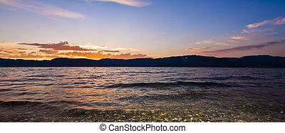 sonnenuntergang, von, ufer, von, landschaftlich, bergsee, in, sommer
