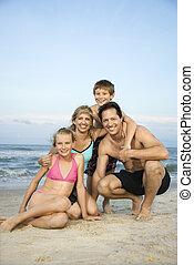 sonreír feliz, familia , en, playa.