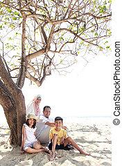 sonreír feliz, familia , relajante, en la playa