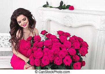 sonreír feliz, morena, niña, con, rosas rosa, ramo, valentines, day.
