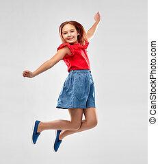 sonreír feliz, niña, en, camisa roja, y, falda, saltar