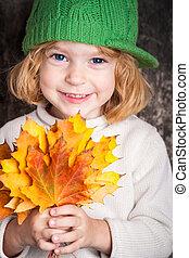 sonreír feliz, niño, tenencia, amarillo, arce, leaves., otoño, concepto