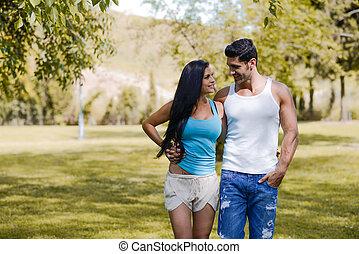 sonreír feliz, pareja, en, urbano, parque