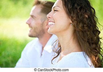 sonreír feliz, pareja, relajante, en, un, park., picnic