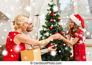 sonriente, árbol, decorar, navidad de la familia