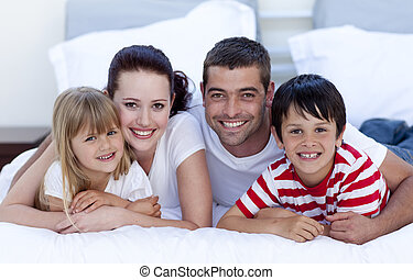 sonriente, acostado, cama, juntos, familia