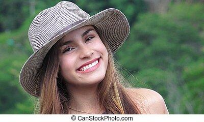 sonriente, adolescente niña, llevando, sombrero
