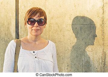 sonriente, adulto joven, retrato de mujer