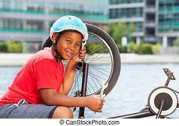 sonriente, africano, niño, reparación, el suyo, bicicleta, aire libre