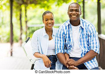 sonriente, africano, pareja fuera