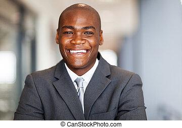 sonriente, americano africano, hombre de negocios