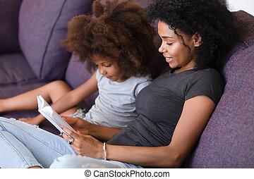 sonriente, americano africano, madre, libro de lectura, con, hija