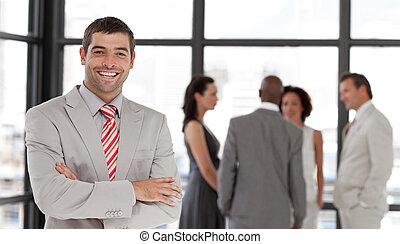 sonriente, cámara, ejecutivode negocios