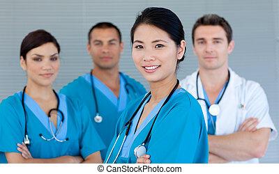 sonriente, cámara, equipo, médico